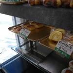 33451739 - クリームパン126円ロールケーキ150円