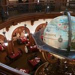 マゼランズ - 巨大な地球儀のオブジェ。