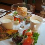 コンプレ - カリフラワーのスープ、キッシュ、タラモサラダ、トマトとモッツァレラ、