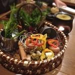 畑のあぐり - 籠いっぱいの野菜のバーニャカウダ