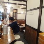 らーめん福や 西新宿 - 店内(左側がカウンター席、右側がテーブル席)