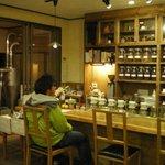石井珈琲店 - 内観写真:木の香りと落ちつた雰囲気の店内