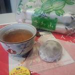 33484880 - イートインは親切にお茶があります。