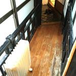 金具屋 - へやからの渡り廊下
