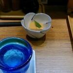 33497410 - 「吟風樽生酒」とお通しの「鮟肝豆腐」です。