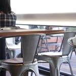 マザームーンカフェ - 窓側の席やテラスからは大道芸人のパフォーマンスが見れたりと天保山ならではの雰囲気が楽しめます♪