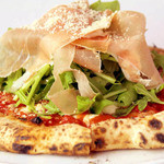 Salute - 焼いたピザの上にルッコラーと生ハムを乗せたピッツァ。