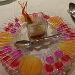 モナリザ - アミューズ(お皿は、生花の花びらで飾ってある)
