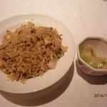 中国料理 皇家龍鳳 - 高菜とホタテのチャーハン、ザーサイ。