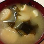 丸一食堂 - 大根、豆腐、ワカメ、麩と具沢山の味噌汁
