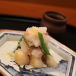 京料理 藤本 - 先付け・帆立と季節のお野菜の和え物。カブラと苺のみぞれかけです!アイディアが面白いかな。