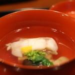 京料理 藤本 - グジと大徳シメジのお椀。お出しは優しい関西風で昆布メインですが、旨味成分がもっとほしいところかな。