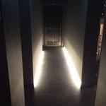 神戸焼肉 樹々 - オシャレな廊下です。