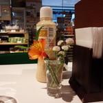 33513960 - 各テーブルにはお花があります。