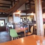 carib cafe - 席間は広い。