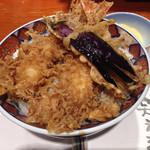 平沼 田中屋 - 甘さひかえめの江戸前タレをささっとくぐらせた、「海老天丼」、1230円(税抜き)。海老二本、茄子天、南瓜天がのってる。満腹満足の一品。