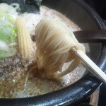 33533960 - 麺は中細麺ストレートで、                       スルスル入ってくる軽やかな食べ心地。