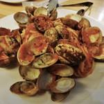 33533986 - ボンゴレロッソのパスタです。海外の貝なのでしょうか?模様が綺麗で彩が素敵です。身はかなり控えめな大きさですが・・・。パスタはやや太めで、モッチモチでとても美味しいですョ!