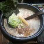 33533990 - 【白丸らぁ麺】720円 アッツアツの鉄鍋サーブ!