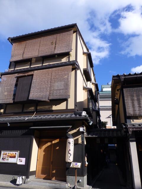 祇園 Abbesses - お店は3階です、路地を入った左手に入口があります。