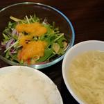 su-tsuxankyuiji-nushisenryourii-fu- - 熱々とろとろの中華スープ、色鮮やかなサラダ、ご飯は茶碗に山盛り