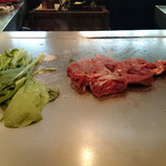 33534782 - 目の前のピカピカの鉄板で焼かれるお肉&お野菜