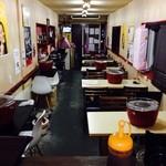 sumiyaki SAKYO酒処 - テーブル席、カウンター席がございます。