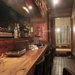 マルタケ鶏店 - 奥行きのあるカウンター、向うに小上りがあります。