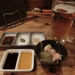 マルタケ鶏店 - 生ビールと付き出し。付き出しの鶏肉も大根も良いお味です。たれは「生もの用」と、「焼き用のタレ」