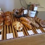 オレンジ - お店はこじんまりとしたお店でしたがまだ午前中だったんで次から次へと焼かれたパンが並べられてました。  どちらかと言えばハード系のパンが多いのかな?