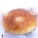 コカブ デリ&ベーカリー - 焼き立てクリームパン