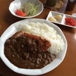 キッチン花束 - カツカレー  ・カツカレー ・サラダ ・漬物  濃厚なカレーと分厚いカツで満腹になりました (*´ڡ`●)
