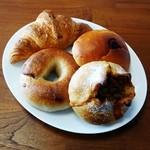 33545566 - チーズカレーの田舎パン・シナモンレーズンベーグル・クロワッサン・クリームパン