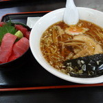 長谷川食堂 - 鉄火丼とピリ辛ラーメンのセット
