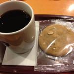 エクセルシオールカフェ - コーヒーMサイズとマカデミアナッツクッキーで510円