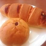 サンマルシェ - 出来たてのパン♬  児童福祉施設の生徒さんが作ったパン屋さんでランチ。  いちごのあんぱん&明太マヨネーズぱんです。  明太子たっぷりのパンはボリューム満点‼︎生地もふかふかで美味しかったです。いちごのあんぱんは、いちごジャムが餡に練り込まれました。優しい甘味にほっこりです(*´ω`*)
