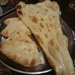 タージマハル エベレスト - ハニーナンとチーズナン