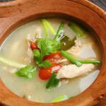51 トムガイ(ハーブとトマトの鳥スープ)