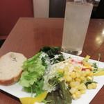 ZION - サラダ、パン、ドリンク