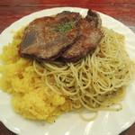 33562455 - 牛肉の薄切りステーキバターライススパゲティ添え