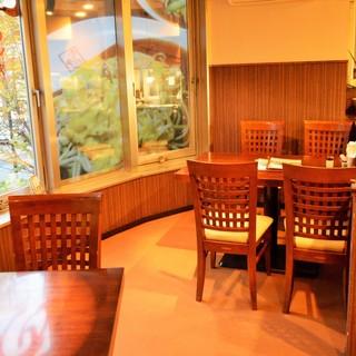 ◆窓に面した明るいテーブル席
