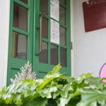 グリーンラバーズ - 入り口扉の緑が店名を表しているのでしょうか?