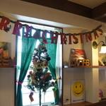 グリーンラバーズ - 窓側には、クリスマス飾りが随所に