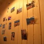 フィ - 壁にはギリシャの写真が貼られている