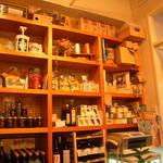 フィ - ギリシャ直輸入の調味料などが並んでいるのでお土産に♪