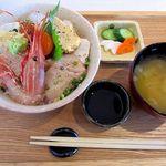 33586762 - 炙り海鮮丼 1380円