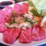 焼肉ハウス 亀 - 料理写真:これで1600円のランチセットの肉ですよ。レベル高過ぎます。