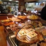 サンタおじさんの石窯パン工房 - 週末だったんでお店は美味しいと人気のパンを買い求めるお客様で混雑してました。  またお店の横には広くイートインのスペースも確保されてます。