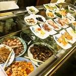 大甚 - 店員さんが大皿から小鉢に移した料理を、お客さんは自由に取るスタイル
