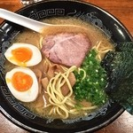 らーめん神鐵 - 味玉神鐵(太麺¥780) 以前とスープのレシピ変更。豚骨濃度が希薄に。5/14/2014の写真と見比べ、明らかにスープの変更が。劣化は残念。 12/20/2014